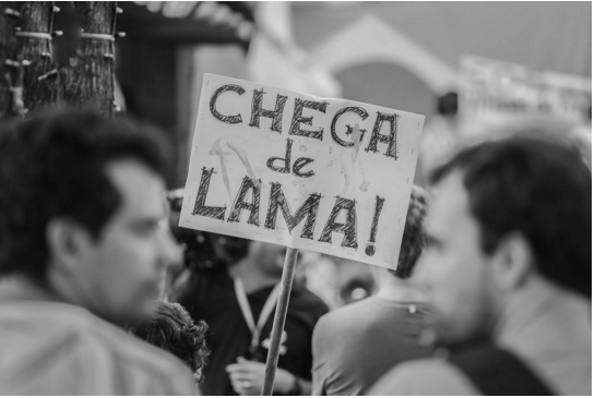 Cartaz em manifestação na capital mineira, nesta terça - Isis Mendeiros/Brasil de Fato