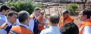 Pimentel e o ministro Gilbetto Occhi, da Integração Nacional, em visita à área atingida - Foto: Veronic Manevy-ImprensaMG