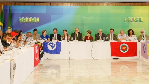 A presidenta Dilma Rousseff recebe em audiência representantes da Frente Brasil Popular,  que organizou as manifestações contra o golpe na quartaFfoto: Roberto Stuckert Filho/PR
