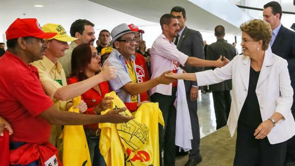 A presidenta Dilma Rousseff e os movimentos sociais durante o lançamento do Programa Minha Casa Minha Vida 3. Foto: Roberto Stuckert Filho/PR/Blog do Planalto