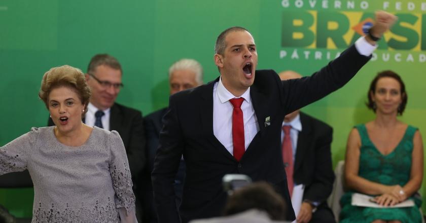 A presidenta se une ao entusiasmo do convidado e ao coro de vozes: Não Vai ter golpe - Foto: Lula Marques/ Agência PT/Fotos Públicas