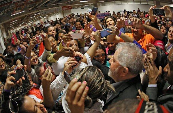Lula é cercado pela militância após o depoimento em Congonhas -Foto capturada no Sul21