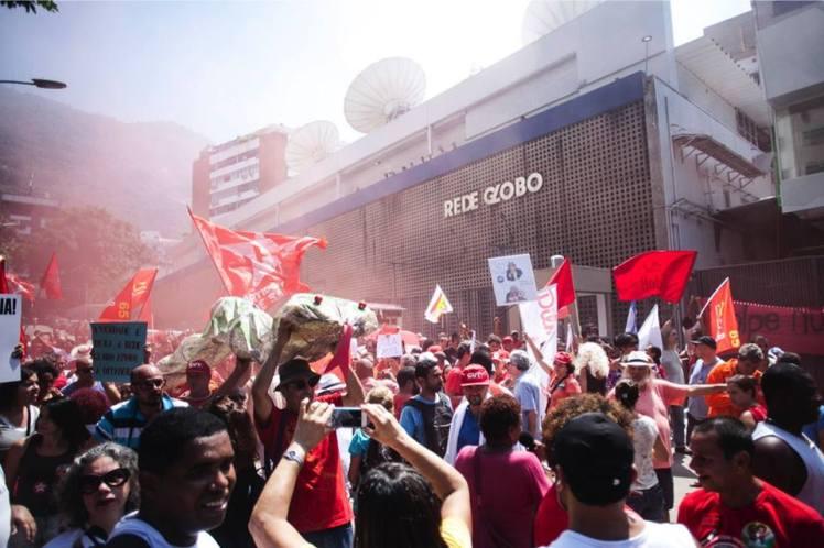 #DesligaOGolpe, #OcupeaRedeEsgoto, palavras de ordem da manifestação de domingo em frente à Globo, no Rio - Foto: Mídia Ninja