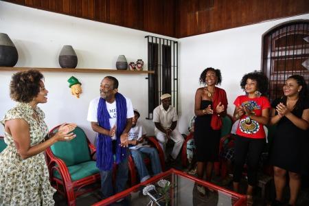 Naná em casa, com Sara Tavares, convidada para o Carnaval 2016, batuqueiros e as meninas do Coral Nagô - Foto: Prefeitura do Recife