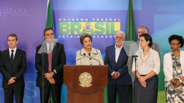 A Presidenta Dilma Rousseff e ministros durante declaração à imprensa no Palácio do Planalto Foto: Roberto Stuckert Filho/PR
