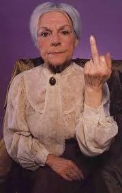 1-a-1-a-a-a-a-a-estu-mulher-idosa-mostrando-o-dedo