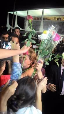 Abraçaço_Dilva recebe flores das mulheres_Jornalistas Livres