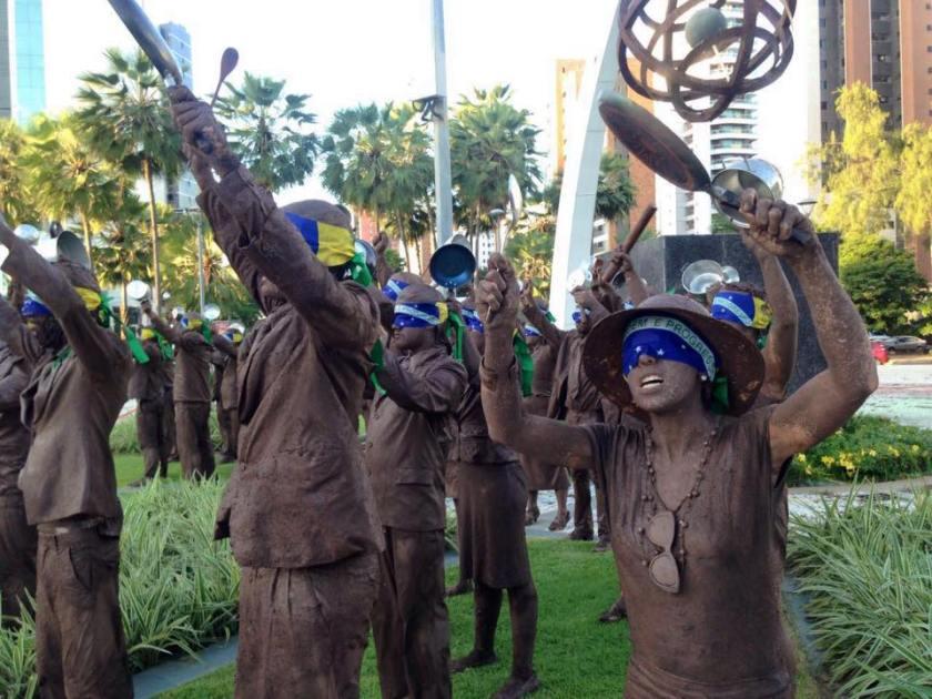 'Cegos', performance do Desvio Coletivo em Fortaleza - Praça Portugal, na Aldeota - Foto capturada no FB/Jornalistas Livres