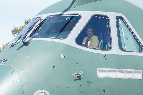 a presidenta Dilma Rousseff foi à Base Aérea de Brasília conhecer o cargueiro militar KC-390, o maior já construído no Brasil num parceria Embrae/FAB. Foto: Ichiro Guerra/PR/Blog do Planalto