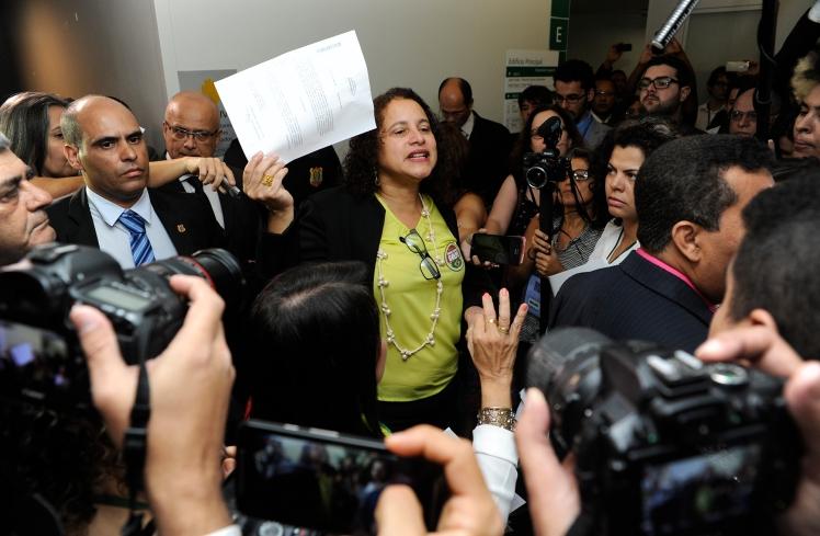 Luciana Santos (PCdoB), deputada por Pernambuco mostra o documento que cria a Frente Parlamentar Mista em Defesa da Democracia - Foto: Lucio Bernardo Junior / Câmara dos Deputados/Fotos Públicas