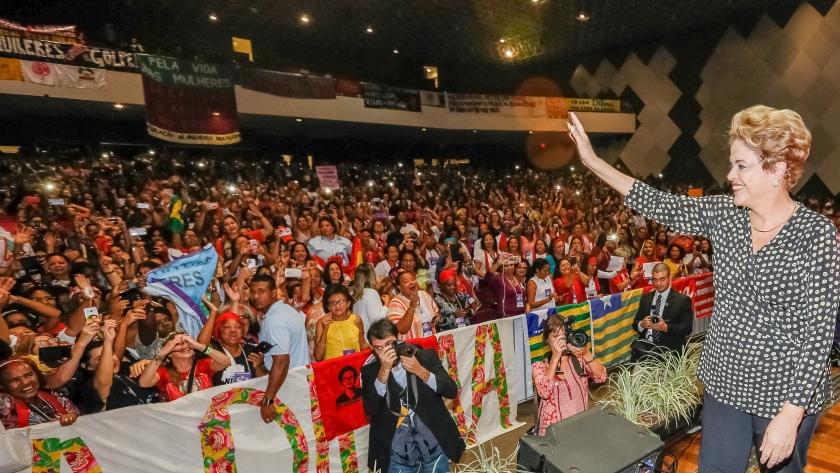 A presidenta Dilma foi recebida com afagos e palavra de ordens de apoio pelas mulheres - Foto: Roberto Stuckert Filho/PR/Fotos Públicas