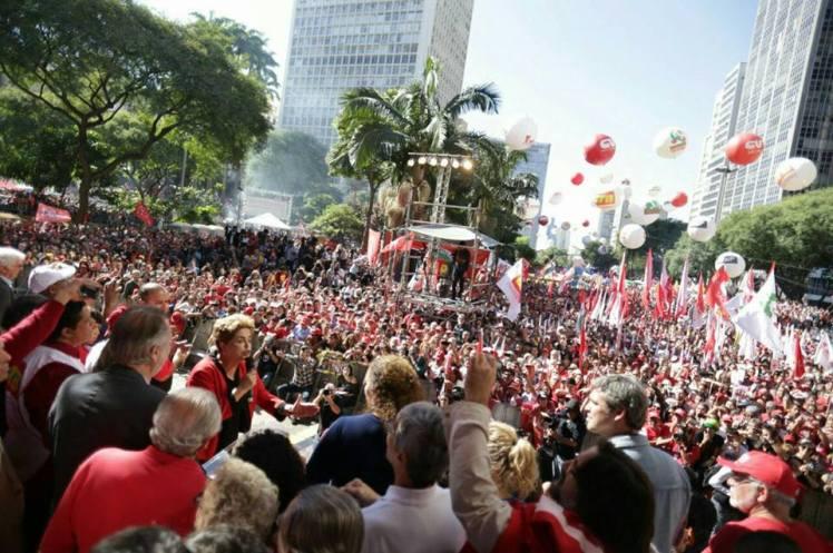 """A presidenta Dilma Roussef e o povo no Anhangabaú: """"Fica, querida!"""" - Fotos Mídia Ninja"""