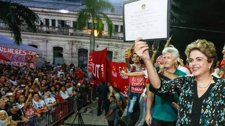 A presidenta exibe ao povo de Belém, o título de cidadã honorária paranaense - Foto: Roberto Stuckert Filho/PR