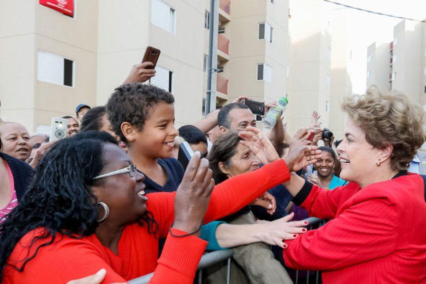 A presidenta Dilma Rousseff recebe o carinho do povo em Taboão da Serra, SP, em visita ao Condomínio João Cândido e ato em defesa do Minha Casa Minha Vida Entidades e contra o golpe, sexta passada - Foto: Roberto Stuckert Filho/PR/Fotos Públicas