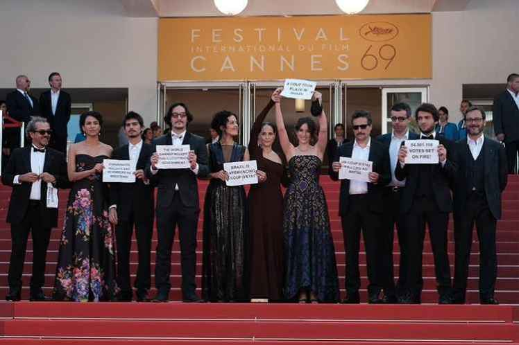 O protesto em Cannes - Foto capturada na Revista Forum