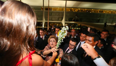 Dilma recebe flores_Jornalistas livres_n