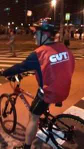 """Suposto militante da CUT, de plantão no Largo do Batata, chama de """"ladrões"""" os manifestantes que ainda não haviam chegado... - Foto capturada no FB/Jornalistas Livres"""