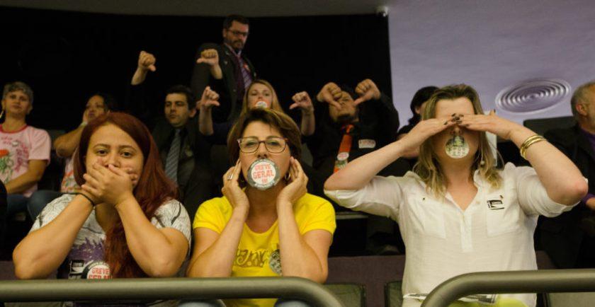 Manifestantes na sessão que votou a PEC 241 em performance dos símios da indiferença - Foto: Lula Marques/AGPT