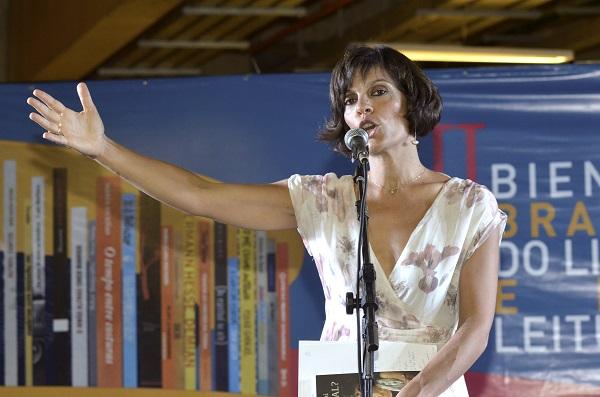 (Raquel em sua palestra na Bienal do Livro de Brasília. Foto: Hugo Paiva/divulgação)