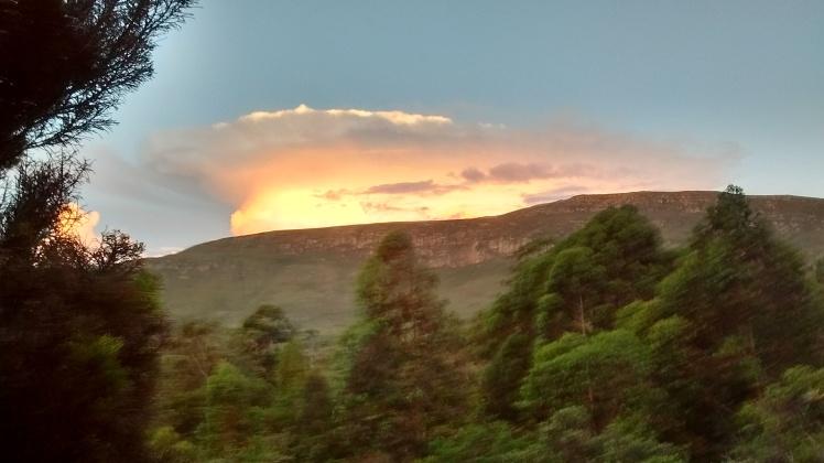 Pôr do Sol reflexo, a partir do restaurante da Pousada Barriga da Lula, na Serra do Cipó - Foto: SEsteliam