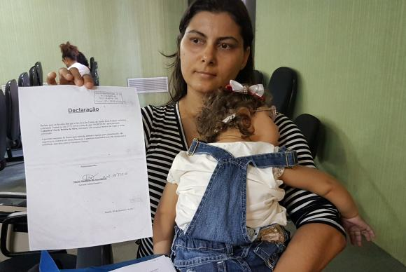 A mãe de Luhandra Batista da Silva, de um ano e três meses, Jusikelly da Silva carregava uma pasta com exames e documentos que atestavam a busca, por meses, dos recipientes e o leite especial para alimentação da meninaSumaia Vilela/ Agência Brasil
