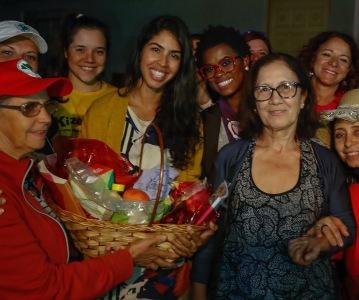 Bela Gil, leva cesta de produtos orgânicos do MST para vizinha do Acampamento #LulaLivre