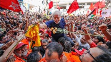 Lula carregado pelo povo em São Bernardo - Foto: Ricardo Stuckert