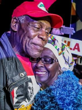 O abraço comovido da represente do Movimento Negro de Curitiba, que o saudou e agradeceu o apoio às causas humanitárias