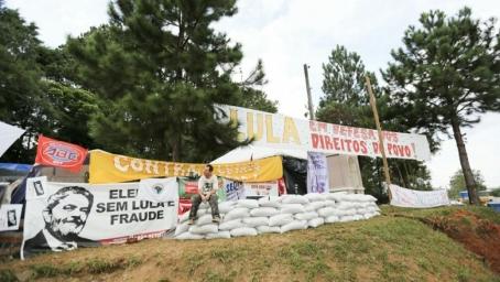 O acampamento Marisa Letícia, o carro e o autor do ataque desta terça, 26 - Fotos: AML