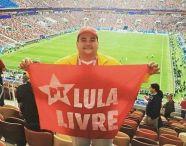 bandeira lula livre no estadio