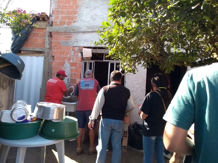 Fila para lavar a louça _acampamento Lula livre