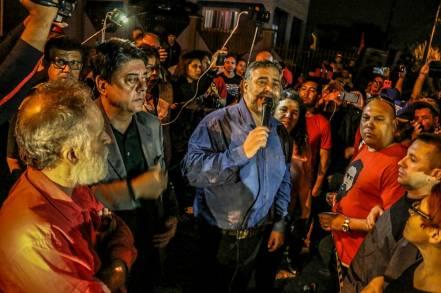 Os deputados Paulo Pimenta e Waldir Damouns falam à Vigília Lula Livre, que se mantém Curitiba até a libertação de Lula- Foto: Eduardo Matysiak
