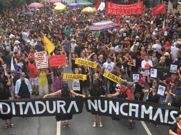 Milhares se reuniram na Praça da Liberdade em Beagá - Foto: via Betinho Duarte