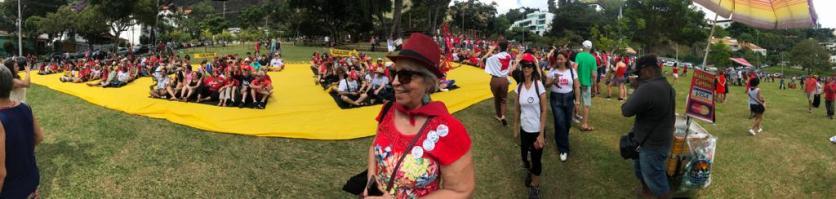 Panorâmica do ato com o Coral de Mil Vozes para Lula Livre - Praça doPapa, domingo, 28 de abril de 2019 - Foto: Lúcio Perez