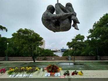 Flores às vítimas da ditadura no Monumento Tortura Nunca Mais no Recife - Foto: MZ Conteúdo
