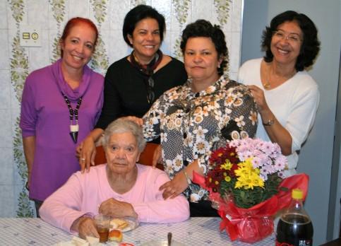 Aniversário da Tia Tina, com as primas Raquel e Lourdes entre nós duas - Foto junho 2007/08: Malaco