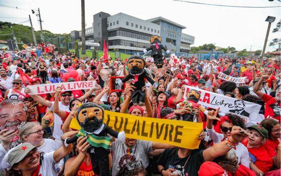 Celebração na Vigilia Lula Livre em Curitiba - Foto: Ricardo Stuckert