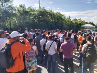Cigília em frente à sede da Petrobras no Rio, em apoio à Comissão Pernanente de Negociação que está há 12 dias lá dentro, à espera de negociação - Foto: FUP