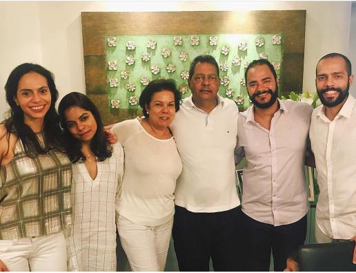 Com os filhos, a partir da direita: Bruno, o pai das crianças - e Filipe, e as filhas Mariana e Alessandra, reveiilon de 2019