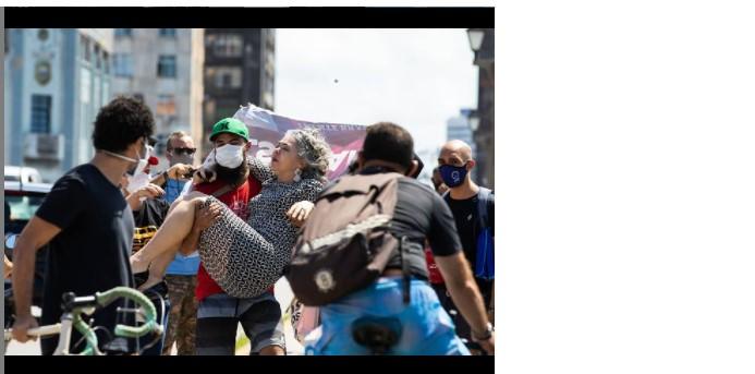 Liana agredida, é carregada por manifestante no 29 M - Foto Tarso Alves